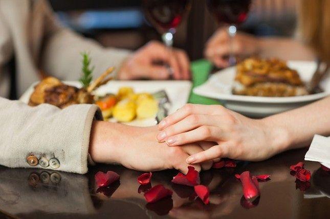 Dotykaj partnera podczas obiadu