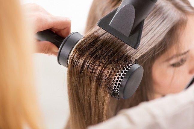 Modeluj włosy przy użyciu grubej, okrągłej szczotki