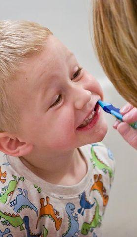 Zobacz, jak kupić najlepszą szczoteczkędo zębów dla twojego malucha