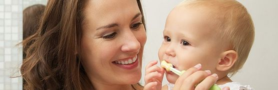 Prawda czy fałsz? Nie wierz we wszystko, co usłyszysz na temat pierwszych ząbków! Poznaj mity, które krążą wśród młodych rodziców i nie powielaj ich błędów