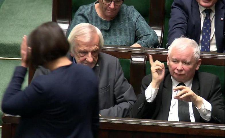 Jarosław Kaczyński grozi palcem posłance Annie Siarkowskiej