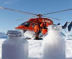 Arktyka. Wraz ze śniegiem z nieba spada plastik