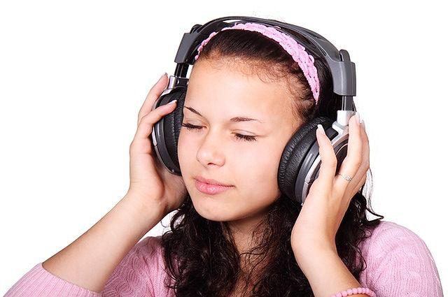 Częste słuchanie muzyki przy użyciu słuchawek dousznych