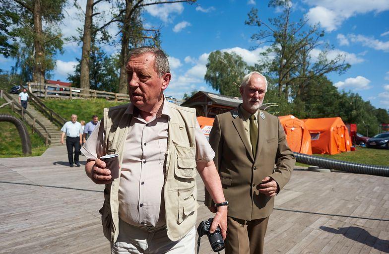 Minister środowiska Jan Szyszko podczas wizyty w punkcie sztabu kryzysowego przy moście na rzece Brda w miejscowości Rytel