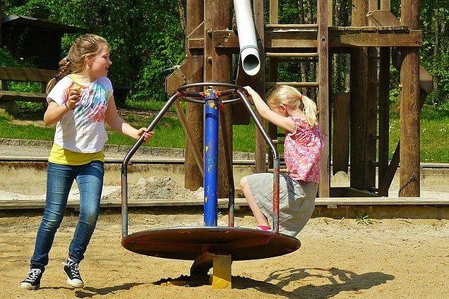 Zadbaj o to, aby dzieci mogły się wyszaleć na placu zabaw