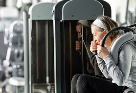 Jak ćwiczyć na siłowni – zasady, zestaw ćwiczeń