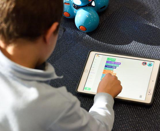 Jak nauczyć dziecko mądrego używania technologii cyfrowej? Skorzystaj z darmowej pomocy najlepszych specjalistów