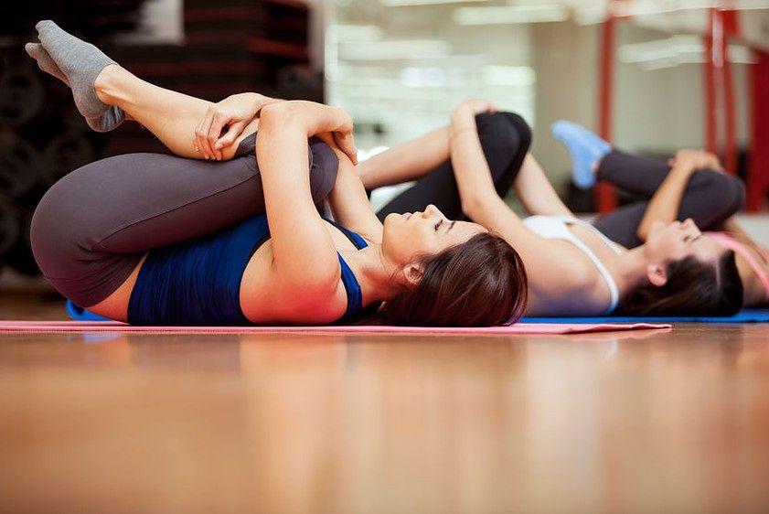 Zamiast dotykania palcami ziemi – rozciąganie mięśni ud na leżąco