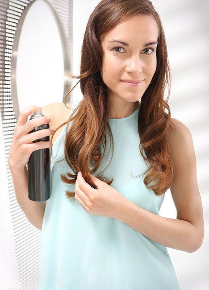 Przed prostowaniem włosów zabezpiecz je odpowiednim kosmetykiem