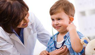 Wątpliwości w sprawie nowych książeczek zdrowia dla dzieci (WIDEO)