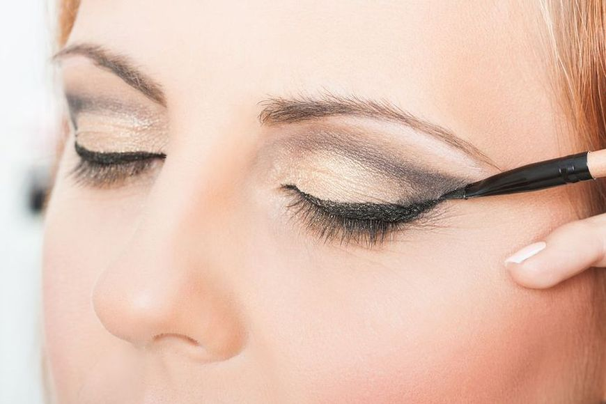 Ostro odgraniczona kreska wykonana eyelinerem