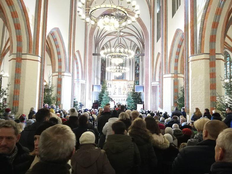 W katedrze w Koszalinie było mnóstwo młodych ludzi, rodziny z dziećmi, znajomi dziewczynek