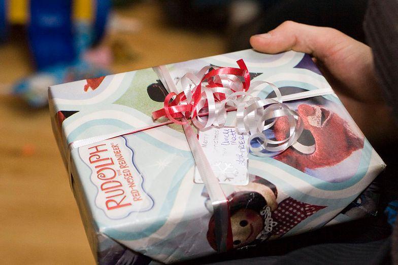 2h czekał z prezentem na córkę. Dyrektorka szkoły nie pozwoliła mu go wręczyć