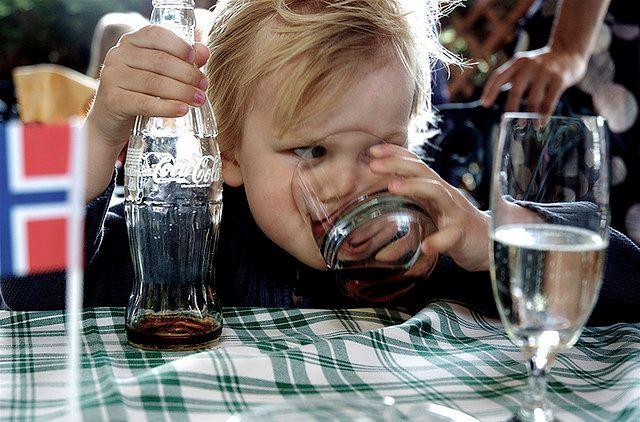Dziecko pijące cole