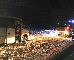 Zima zaskoczyła strażaków pod Koszalinem. Śnieg na drogach, bus w rowie