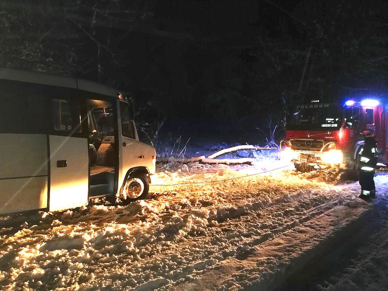 Koszalin. Pogoda zaskoczyła strażaków. Śnieg na drogach, połamane drzewa i bus w rowie.