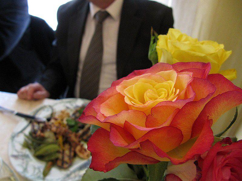 Mężczyzna przy stole