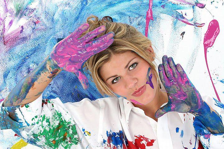 Kobieta malująca dłońmi